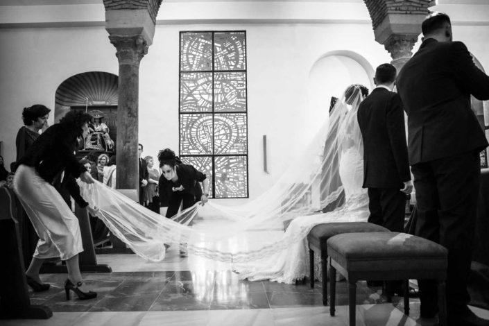 invitadas-colocan-velo-vestido-novia