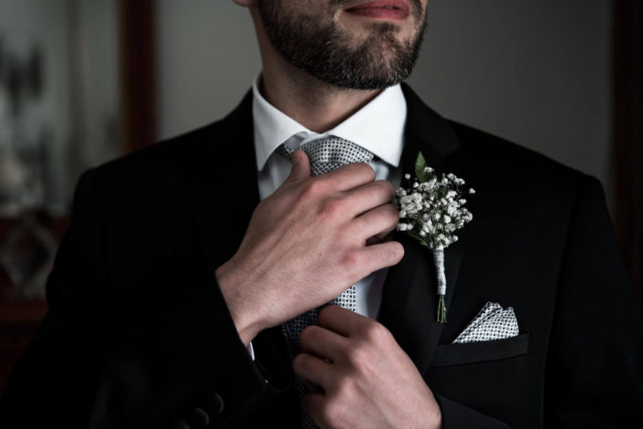 colocando-corbata-prendido-novio