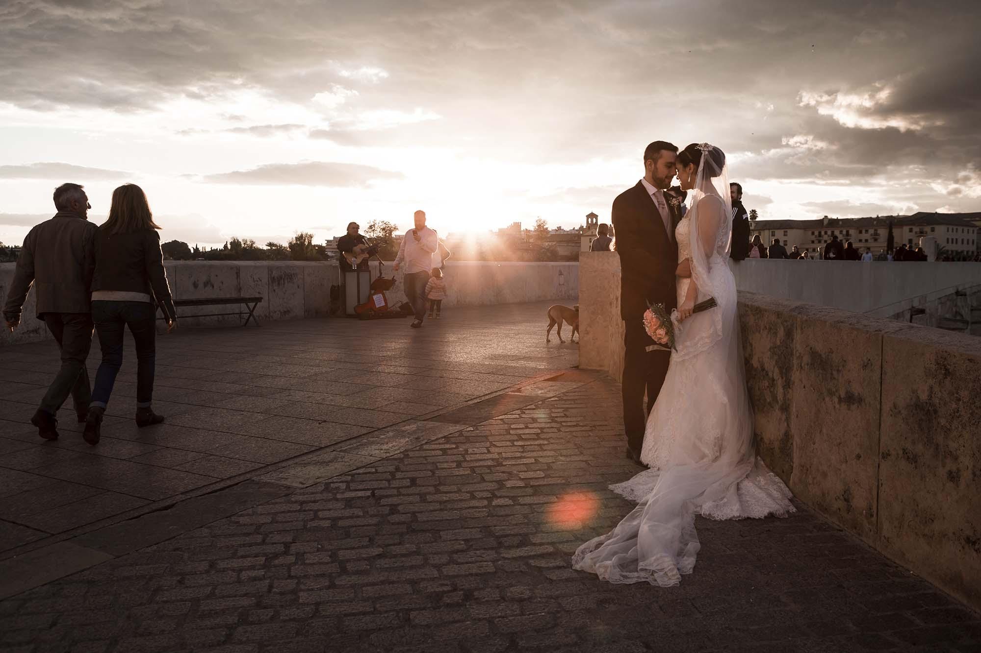 Recien-casados-atardecer-puente-romano