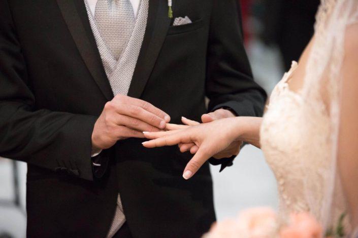 colocando-alianza-en-ceremonia