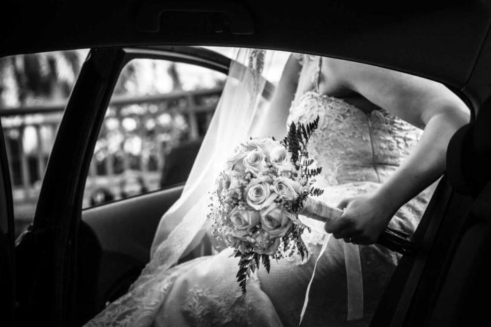 novia-entrando-coche-ramo-flores
