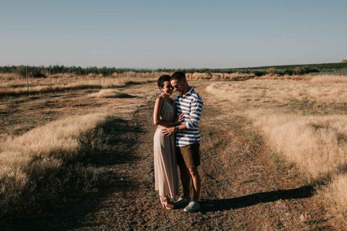 pareja-paseando-campo-atardecer