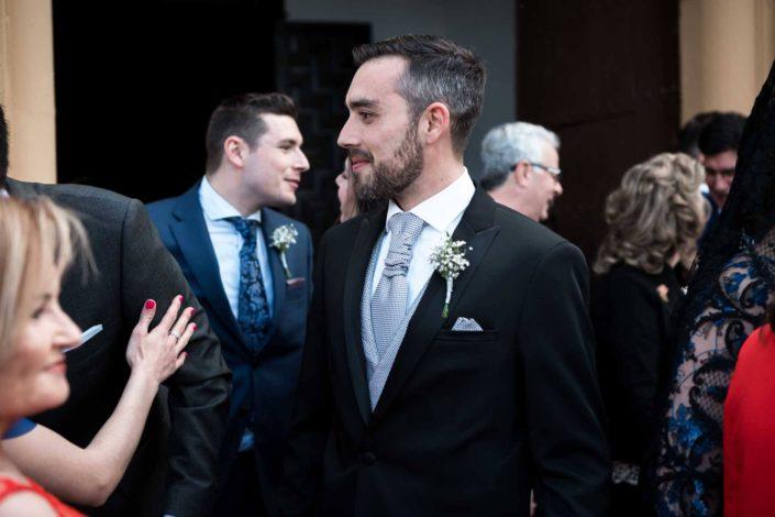 novio-saludando-invitados