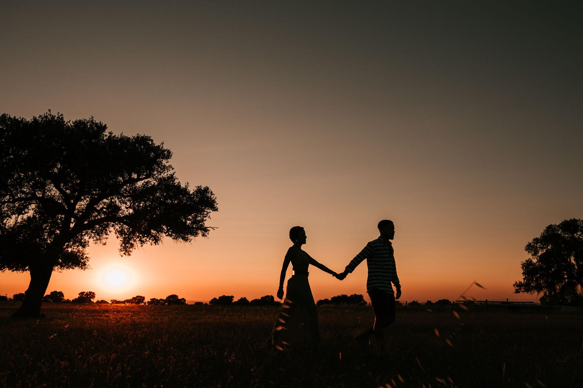 pareja-atardecer-naturaleza