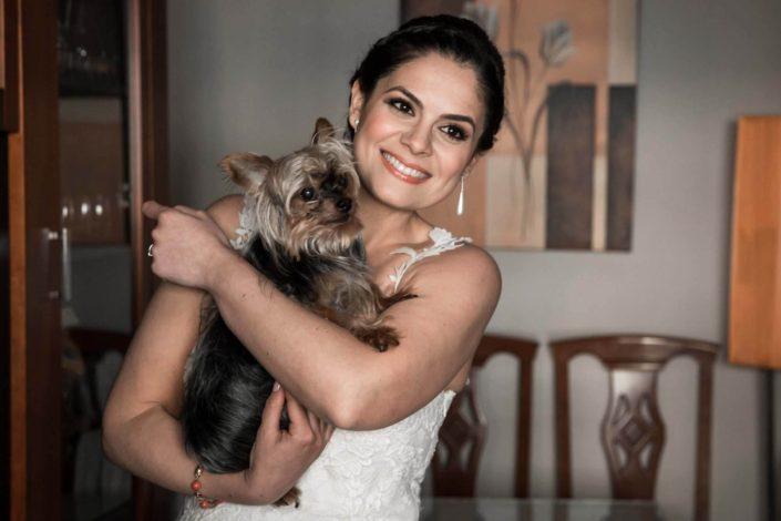 novia-mascota-en-brazos