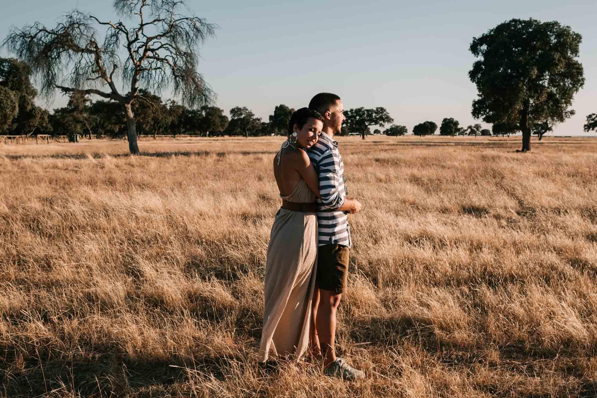 pareja-enamorados-atardecer-campo