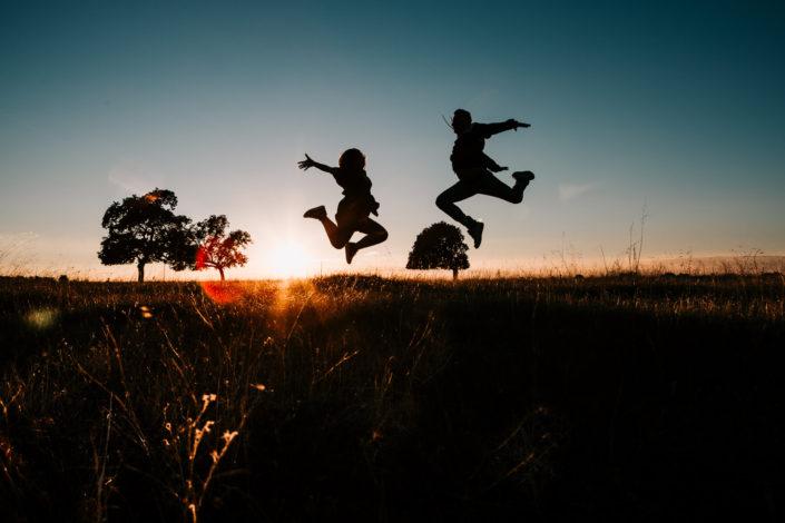 salto-contraluz-atardecer-campo