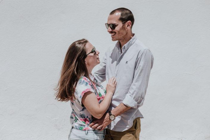 pareja-gafas-de-sol-pared-blanca