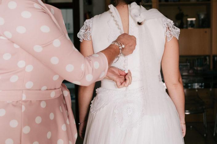 abrochando-vestido-novia