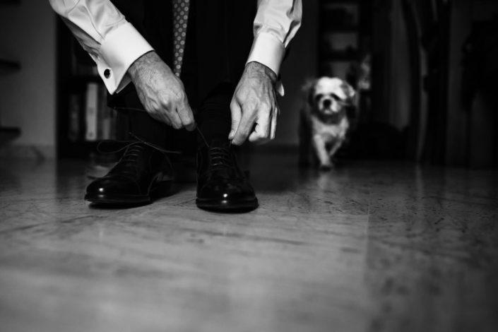 zapatos-manos-blanco-y-negro