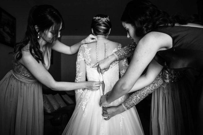 amigas-abrochando-vestido-de-novia