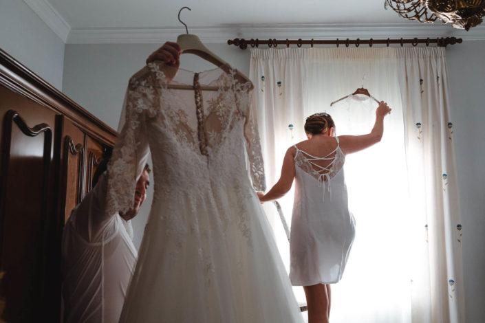cogiendo-vestido-de-novia