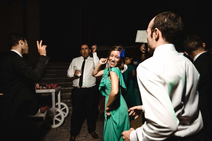 invitada-vestido-verde-bailando
