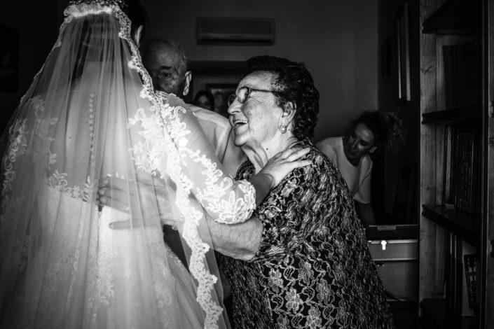 abuela-emocionada-al-ver-a-su-nieta-vestida-de-novia