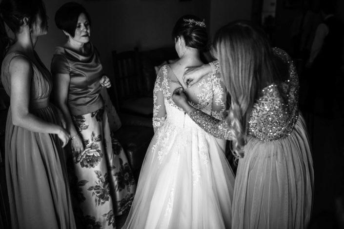 ajustando-vestido-de-novia-blanco-negro