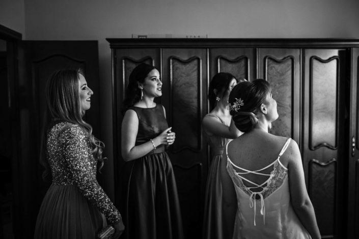 amigas-contemplan-vestido-novia