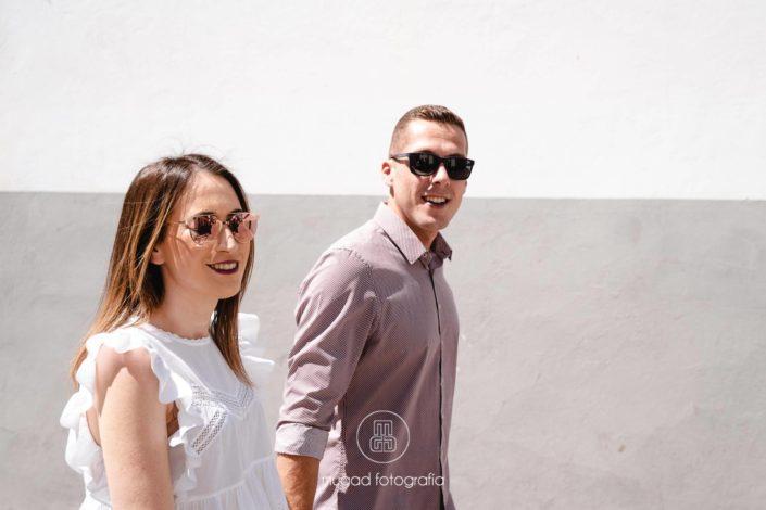 Novios caminando gafas de sol