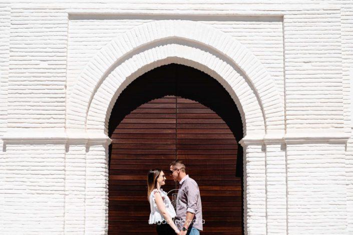 Preboda Novios puerta madera pared blanca