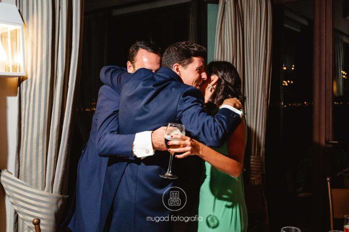 Abrazo durante convite