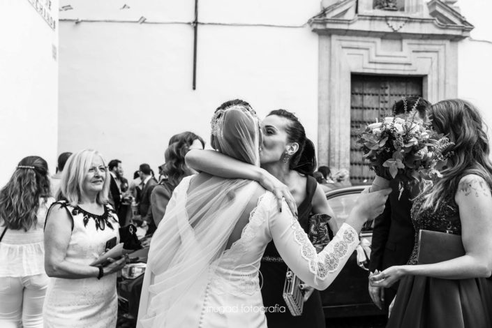 Besos amigas novia