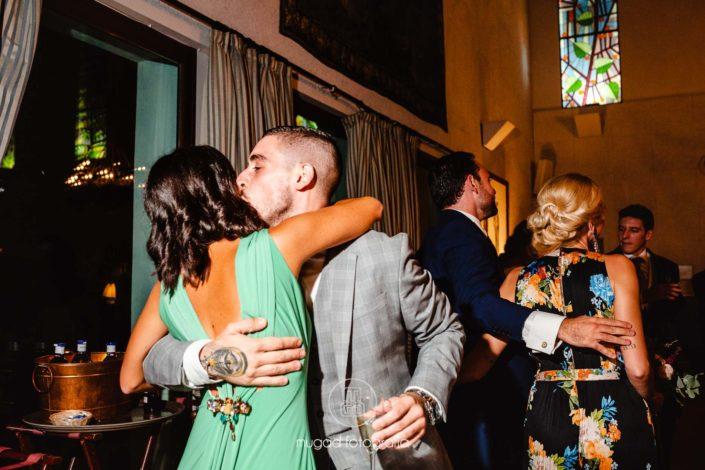 Beso invitados boda