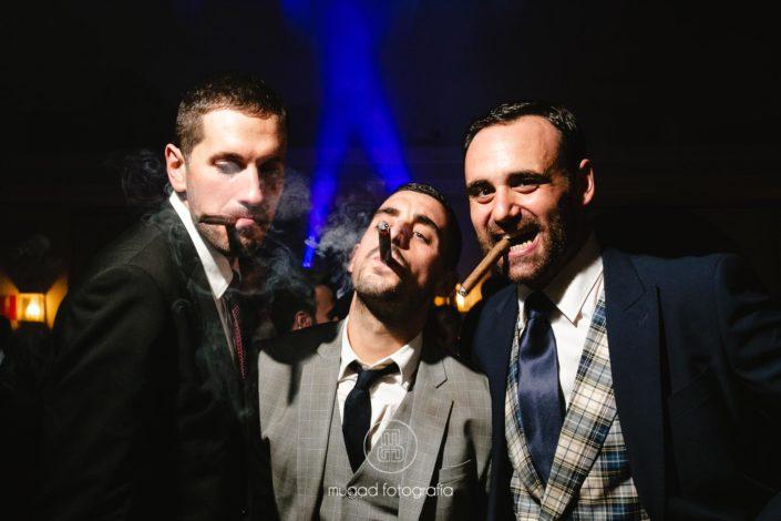 Amigos novios fumando pueros