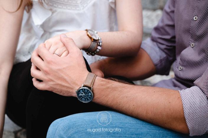 Manos de pareja con relojes
