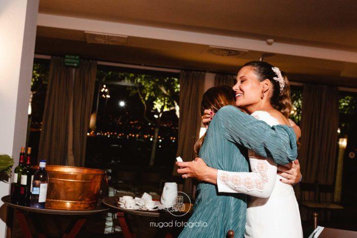 Novia abraza amiga