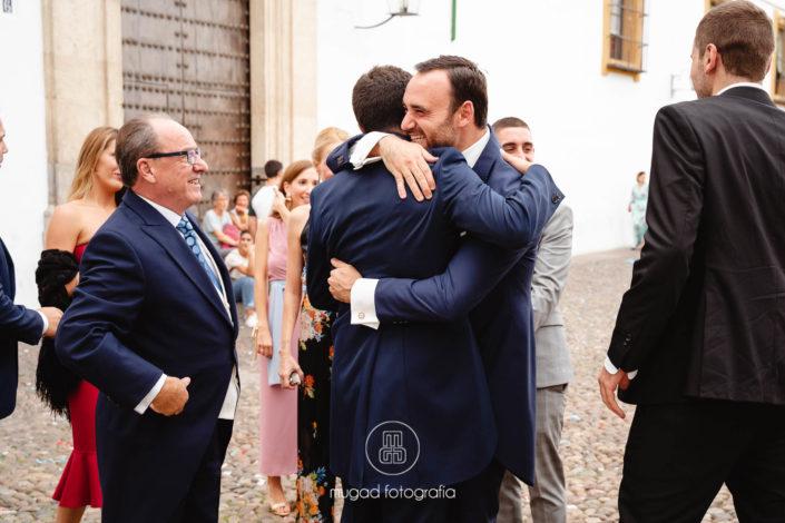 Abrazos amigos novio boda