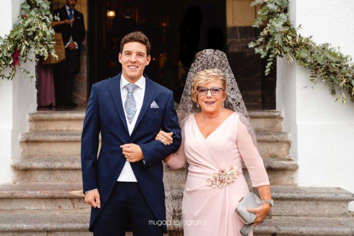 Madrina y novio puerta iglesia