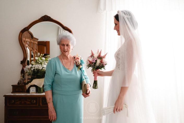 Abuela-entrega-ramo-floras-Rosa