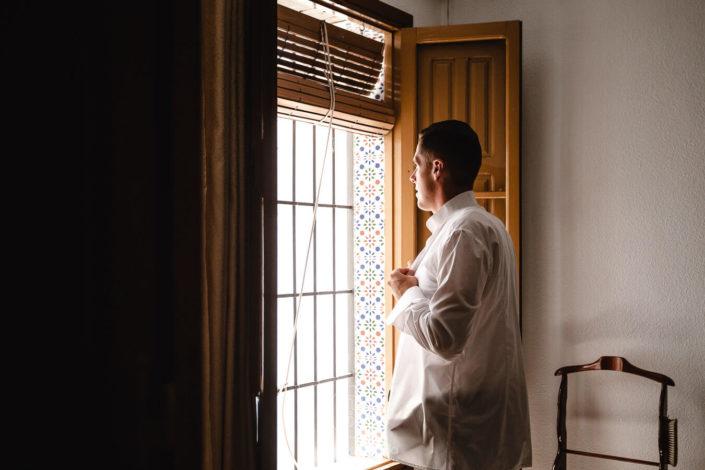 Alfonso-vistiendose-ventana