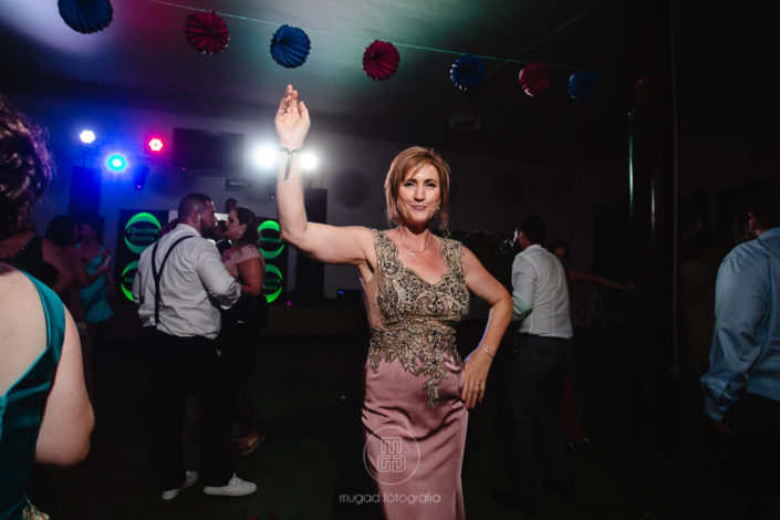Madrina-bailando-en-barra-libre