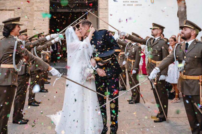 beso-recien-casados-arco-sables