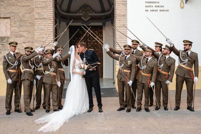 beso-recien-casados-sables-al-cielo