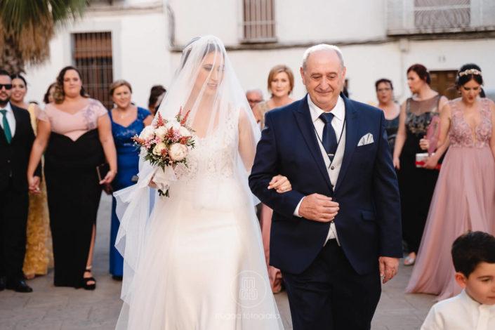 novia-y-padrino-andando-hacia-el-altar