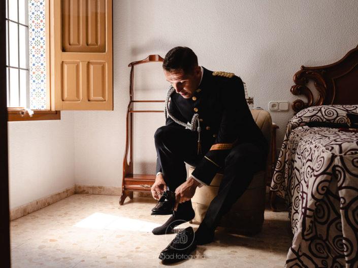 novio-colocando-zapatos