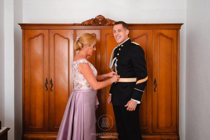 novio-militar-riendo-boda