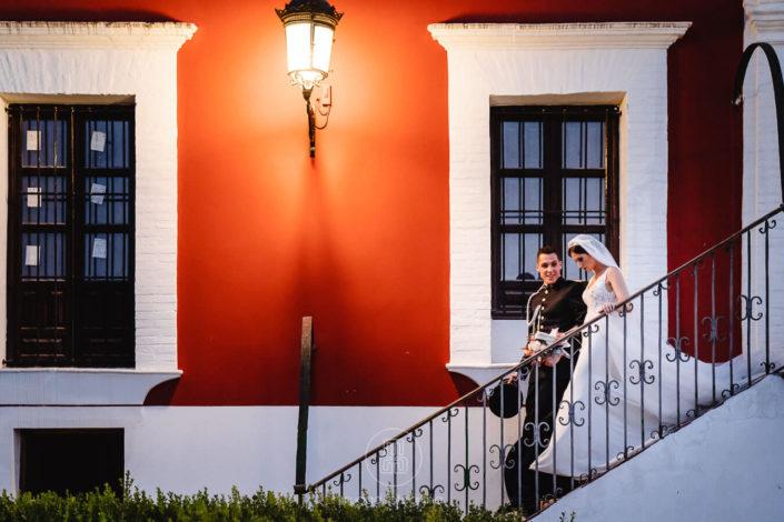 pareja-de-recien-casados-bajando-escaleras
