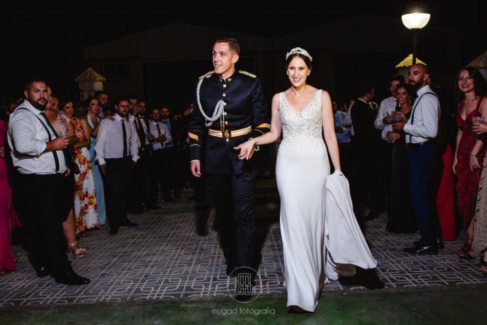 pareja-recien-casados-entrando-fiesta-boda