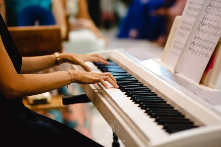 pianista-ameniza-ceremonia-religiosa