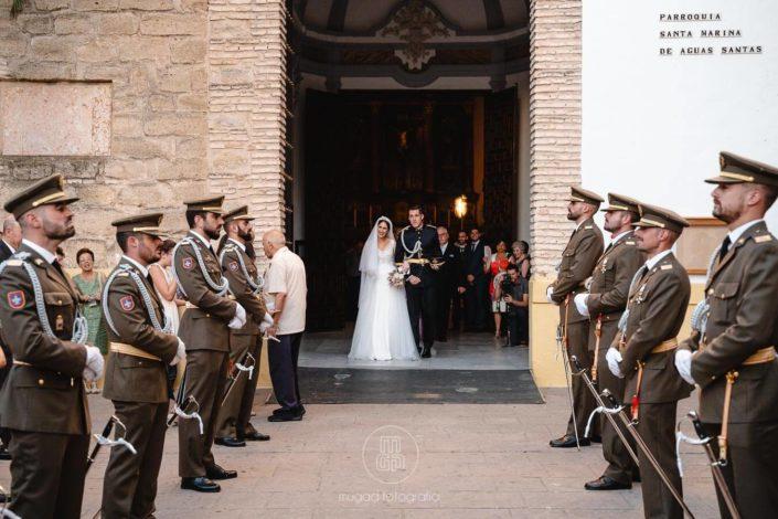recien-casados-saliendo-iglesia